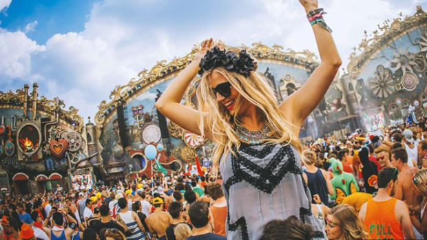 Tomorrowland-Belgium-girl-style-crowd