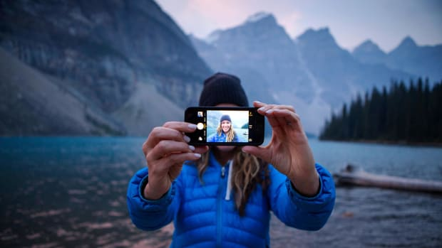 selfie-moriane-lake-banff-canada.ngsversion.1485378002988.adapt.1900.1