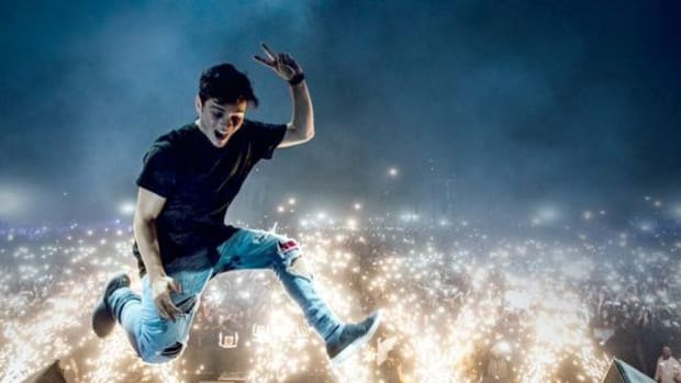 Martin-Garrix-Jumped-off-the-Stage-and-Injured-Himself-770x337