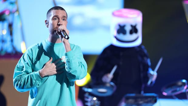 Bastille's Dan Smith appearing alongside Marshmello on the Season 15 Finale of The Voice.