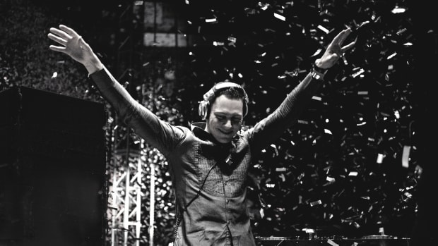 Tiesto-HD-Tiesto-Wallpaper-Black-and-White-Arms-Raised-Live