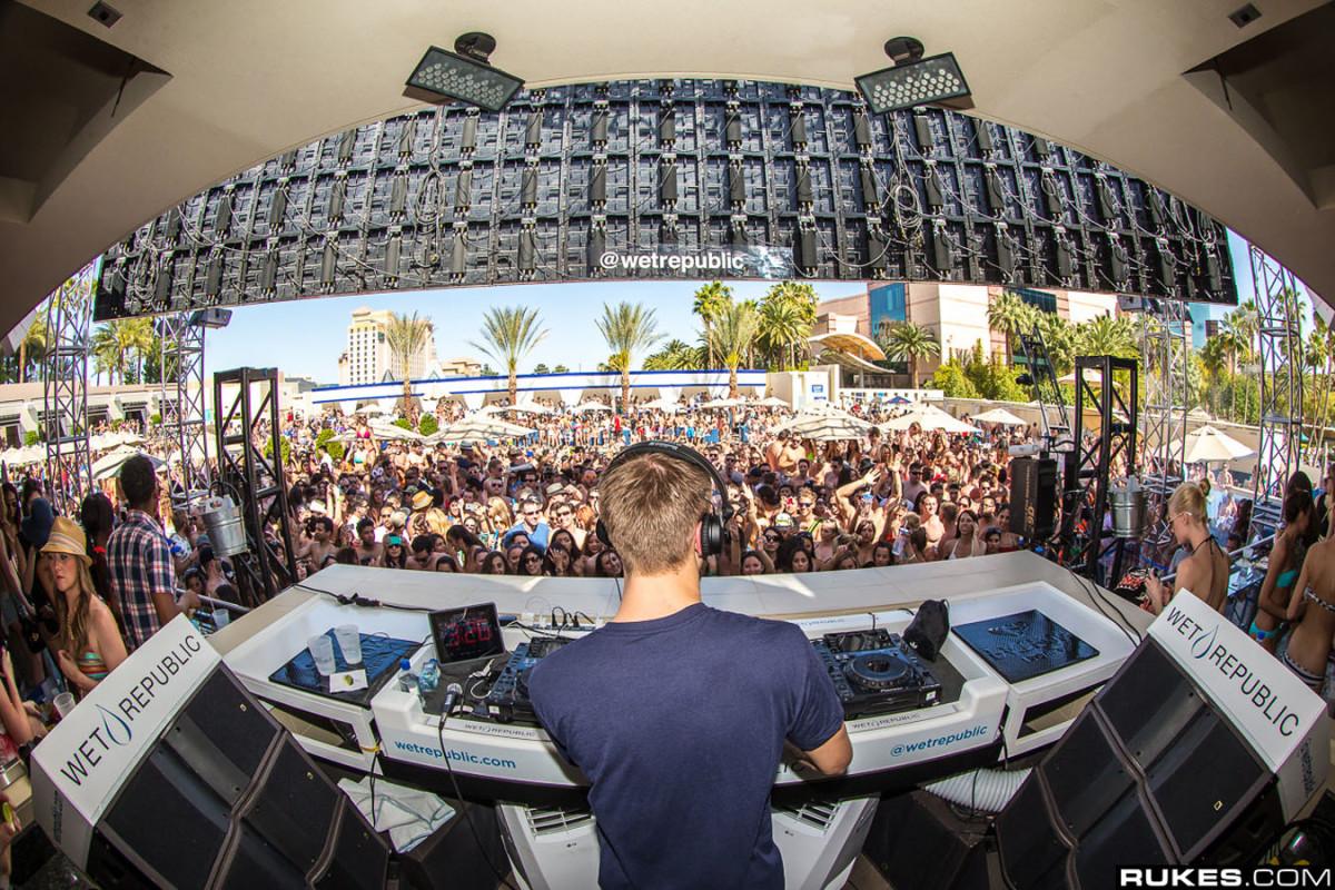 Calvin Harris Performance at Wet Republic in Las Vegas