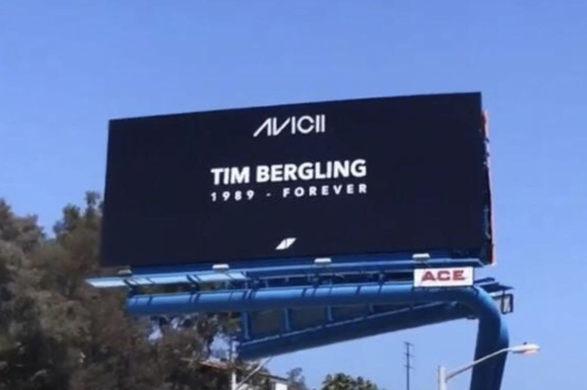 "A billboard that appeared in Los Angeles that shows the Avicii logo and says ""TIM BERGLING: 1989 - FOREVER"" in white letters over a black background."