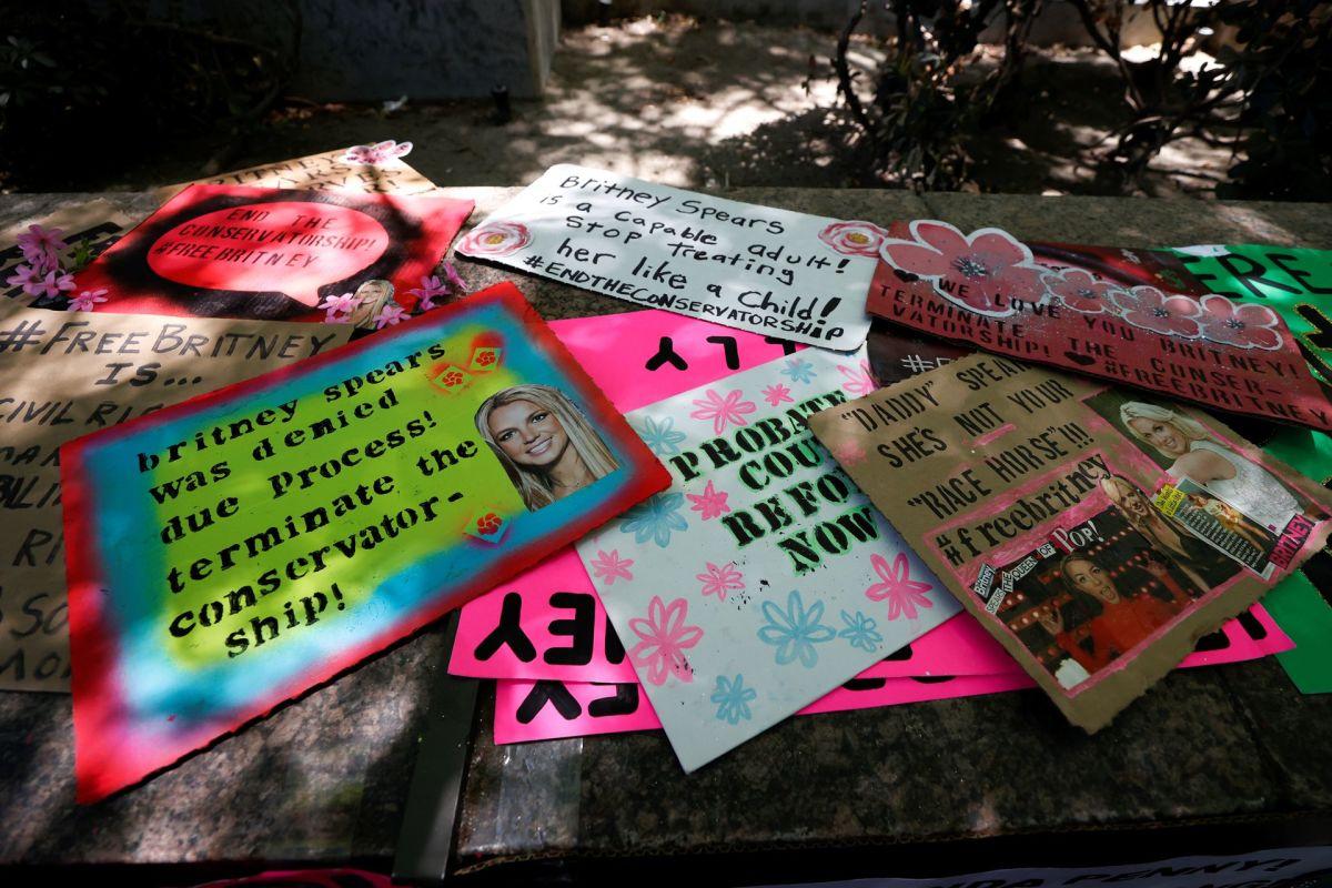 Знаки с марша #FreeBritney 23 июня 2021 года в знак протеста против опекунства Бритни Спирс.