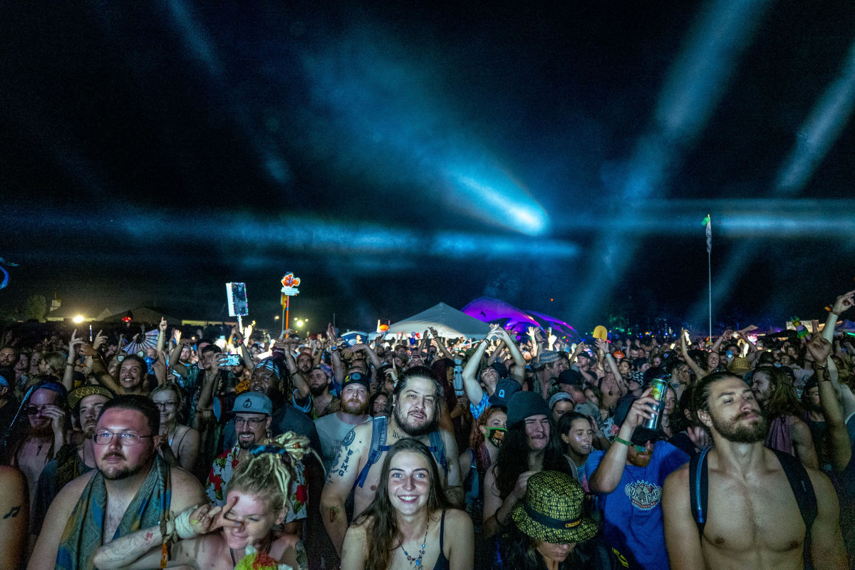 A large crowd of fans raging Manic Focus' Thursday night set on the Starshine Stage.